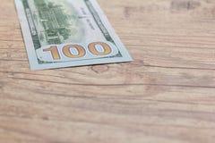 De Munt van de V.S. Dollars Bils op houten rustieke lijst royalty-vrije stock foto's