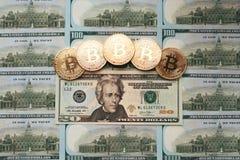 De muntstukken bitcoin, het geld ligt, op rekeningslijst van 20 dollars De bankbiljetten worden uitgespreid op de lijst in een vr Royalty-vrije Stock Afbeelding