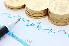 De muntstukken en de grafiek van de pen Royalty-vrije Stock Afbeelding