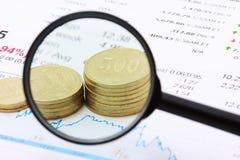 De muntstukken en de grafiek van de pen Stock Fotografie