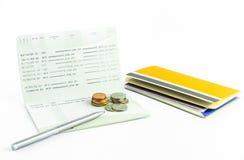 De muntstukken en de pen op rekeningsbankboekje isoleren Royalty-vrije Stock Fotografie