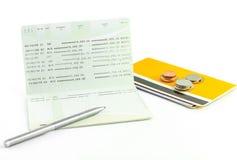 De muntstukken en de pen op rekeningsbankboekje isoleren Stock Fotografie