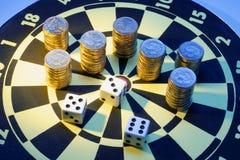 De muntstukken en dobbelen op Dartboard Royalty-vrije Stock Afbeelding