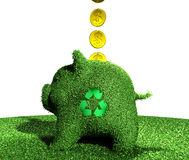 De muntstukken gaan in een recyclingsspaarvarken van gras Stock Afbeelding