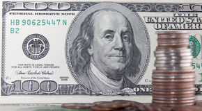 De muntstukken meer dan honderd dollars factureert dicht omhoog mening Royalty-vrije Stock Fotografie