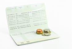 De muntstukken op rekeningsbankboekje isoleren Stock Fotografie