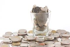 De muntstukken over het glas vergelijkbaar zijn met hebzucht van mens Royalty-vrije Stock Foto
