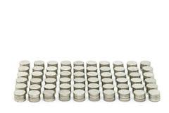 De muntstukken stapelen gouden elke reeks 10 die muntstukken op witte achtergrond worden geïsoleerd Selectieve nadruk en gespecif Stock Foto's