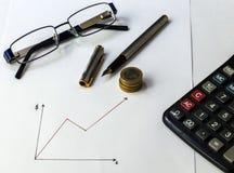 De muntstukken van de geldbesparing Het schaven vooruitgang met grafieken Royalty-vrije Stock Afbeeldingen