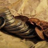 De muntstukken van eurocenten en twee euro liggen op de achtergrond van muntstukken Stock Afbeeldingen