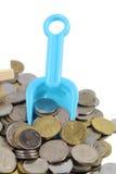 De Muntstukken van het geldconcept met schop Stock Foto