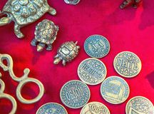 De muntstukken van het herinneringsmetaal en beeldjes van schildpadden stock fotografie