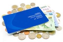 De Muntstukken van Thailand en geïsoleerd Rekeningsbankboekje Stock Foto's