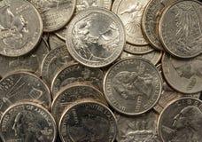 De Muntstukkenkwarten van Verenigde Staten in een stapel, armoede, rijkdom, besparingen stock foto