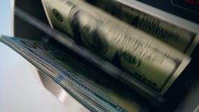 De muntteller controleert contant gelddollars, die hen bewegen stock footage