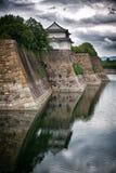 De muren en de gracht van Osaka Castle Stock Afbeelding
