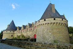 De muren en de toren van het Medivalkasteel Stock Afbeelding