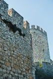 De muren en de torens van de Kalemegdanvesting van onderaan bij zonnige ochtend in Belgrado Stock Fotografie