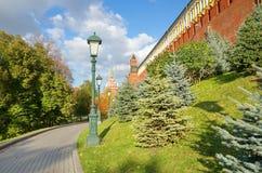De muren en de torens van de Zonnige dag van Moskou het Kremlin Royalty-vrije Stock Foto's