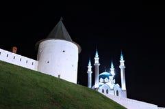 De muren van de Kazan het Kremlin kul-Sharif moskee bij nacht stock foto's
