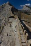 De muren van de oude vesting De muren en de torens beschermen de oude stad Stock Foto