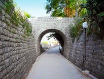 De muren van de vesting en de boog in de stad van Herceg Novi, Montenegro stock fotografie