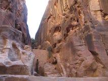 De muren van de oude stad in de rode rotsen Petra, Jordanië royalty-vrije stock foto
