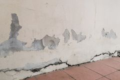 De muren waren barsten van het bezinksel kunnen gevaar betekenen, is Er vele grond van het oorzakenwater royalty-vrije stock afbeeldingen
