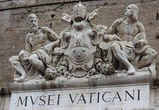 De Musea van Vatikaan, Musei Vaticani, beeldhouwwerk boven entrancedoor stock afbeelding