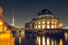 De museaeiland van Berlijn 's nachts en rivierfuif met TV-Toren stock fotografie