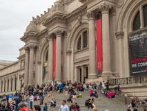 De museumgoers en toeristen rusten buiten op de stappen van M royalty-vrije stock fotografie