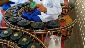 De musici die lokale instrumenten spelen stock footage