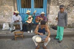 De musici die van Cuba muziek op straten spelen in Catedral DE La Habana, Plaza del Catedral, Oud Havana, Cuba Stock Foto