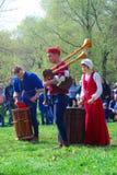 De musici in historische kostuums presteren in een park Royalty-vrije Stock Foto