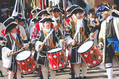 De musici kleedden zich in historische kostuums Royalty-vrije Stock Afbeeldingen