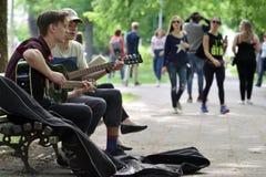 De musici spelen gitaar in de Dag van de Straatmuziek royalty-vrije stock foto's