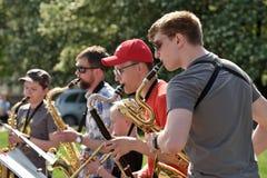 De musici spelen Saxofoons in de dag van de Straatmuziek royalty-vrije stock foto