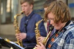 De musici spelen Saxofoons in de dag van de Straatmuziek royalty-vrije stock fotografie