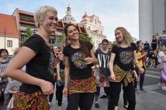De musici spelen trommels en het dansen in de Dag van de Straatmuziek stock afbeelding