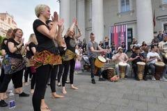 De musici spelen trommels en het dansen in de Dag van de Straatmuziek stock foto's