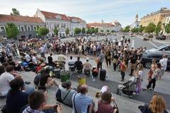 De musici spelen trommels en het dansen in de Dag van de Straatmuziek royalty-vrije stock foto