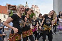 De musici spelen trommels en het dansen in de Dag van de Straatmuziek royalty-vrije stock fotografie