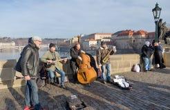 De musici voeren levend op Charles Bridge in Praag, Tsjechische Republiek uit Stock Foto