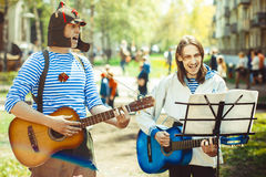 De musici zingen in de straat royalty-vrije stock afbeeldingen