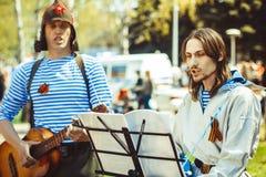 De musici zingen in de straat stock foto