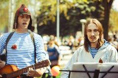 De musici zingen in de straat stock fotografie