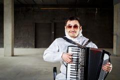 De musicus die de harmonika spelen, royalty-vrije stock afbeeldingen