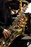 De musicus die van handen de saxofoon speelt Royalty-vrije Stock Fotografie