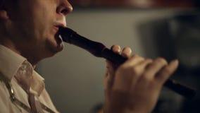 De musicus speelt de fluit stock footage