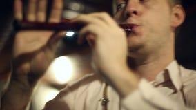 De musicus speelt de fluit stock video